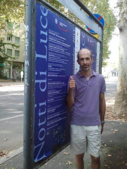 Corrado Rossi junto al Cartel Oficial Notti di Luce