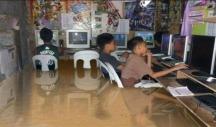 Las inundaciones en Filipinas de 2012 hicieron circular esta imagen de niños jugando con ordenadores aunque el montaje fallaba en los reflejos.