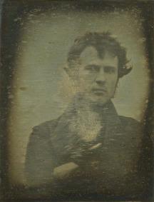 Esta fotografía del químico Robert Cornelius es la que se considera la 1ª selfie de la historia. (1839)