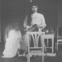 La primera adolescente en hacerse una selfie y compartirla (1914)