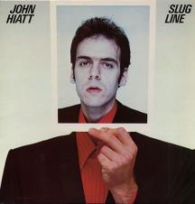 La primera vez que se puso un vinilo sobre alguien fue en esta portada de 1979 del disco Slug Line de John Hiatt