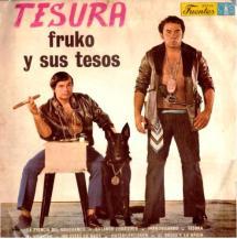 Para acabar, les presentamos al colombiano Fruko y sus Tesos. Ojo a los detalles: purazo, perro negro que da miedo, el de la derecha con un revólver a modo de colgante... Este par de seductores seguro que hacían estragos entre la parroquia femenina... o no, quien sabe. Lo que tenemos claro es que verles en esta portada da mucho miedo...