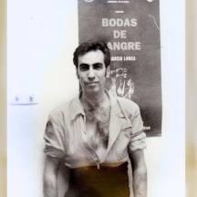 Juhan Dresán y a sus espaldas el cartel de Bodas de Sangre