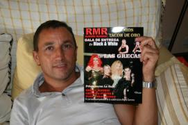 """Jesús Agudo, marido y asistente de dirección de Juhan Dresán, mostrando el único número existente de la revista que se realizó en conmemoración de los premios """"Tacón de Oro"""""""