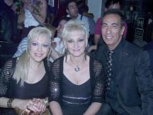 """Juhan Dresán junto a las Grecas quienes deleitaron con su actuación a los asistentes en la gala de los premios """"Tacón de oro"""""""