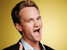 Ted Mosby: El mismo dilema tuvimos entre el cargante Ted Mosby y el crack de Barney Stinson. Y escogimos al segundo porque es el que más simpatía nos despierta en la serie, pero al que no aguantaríamos en la vida real - a Ted Mosby, tampoco; pero vamos a intentar no apalear aunque sea por una vez al que posiblemente es uno de los personajes protagonistas más odiados y sin carisma de la última década-. Barney Stinson, al menos al principio de la serie, es un personaje manipulador, mujeriego, oportunista y sin escrúpulos que utiliza todas las triquiñuelas habidas y por haber con tal de conseguir su más preciado fin: acostarse con cuantas más mujeres, mejor. Incluso tiene un libro de jugadas llamado Playbook en el que apunta sus técnicas.