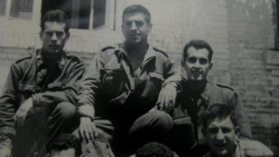 1962 Ángel junto a otros compañeros. El chico que tiene el brazo por encima del hombro de Angy, era valenciano y fue su mejor amigo en los 18 meses de mili, Angy lo consideraba muy guapo y dice que fue muy bueno con él.