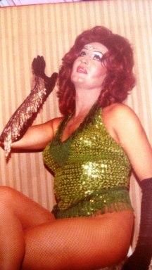 1980 Angy Kristel haciendo de Sara Montiel.