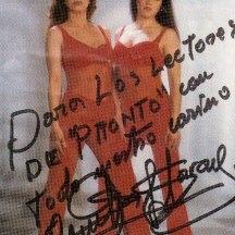 1999 Foto de Carmela y Saray dedicada a los lectores de la revista Pronto