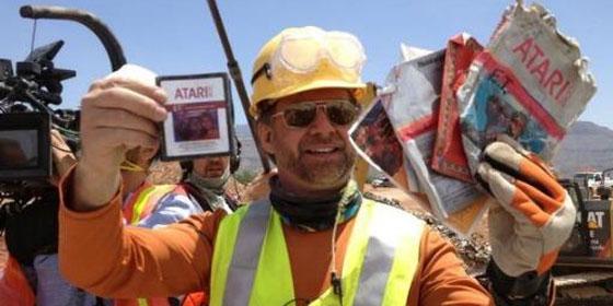 Uno de los obreros de la excavación muestra cartuchos de E. T. / Larry Hyrb / Microsoft