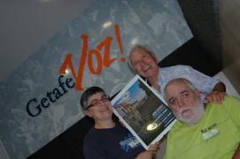 Amalia Pascual Durá, Alfonso Esteban Morillas y Francisco Pérez Coslado mostrando el cartel dedicado por los músicos