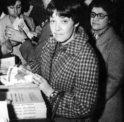 Firmando uno de sus libros en la librería El Ateneo, 1962.Clica para ampliar