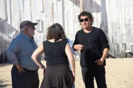 Jaume Figueras y parte de su equipo charlando con el director Lluís Danés