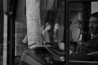 Mónica tras el árbol, Marina González Martín, Laura Capelastegui, Joaquín Faúndez Hormazábal, David Martín Surroca y conductor de autobús sorprendido
