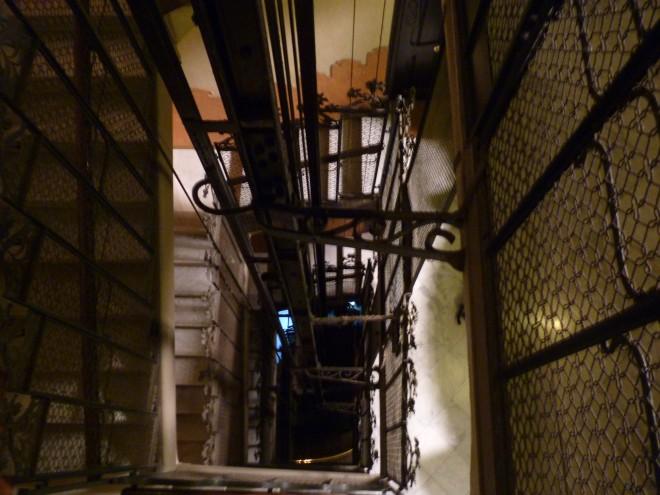 Hueco del ascensor de la comunidad de vecinos, punto clave del capítulo donde participo, y hasta ahí puedo leer...