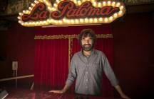 El cineasta y guionista Mateo Gil, en la centenaria sala de fiestas barcelonesa La Paloma, donde ha empezado a rodar su nueva película, 'Las leyes de la termodinámica'. FOTO DE JOAN CORTADELLAS