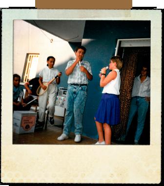 Una de las las actuaciones que hacíamos cada año.  Soy el que está dentro del apartamento con camisa de rayas